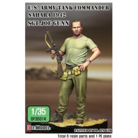 WWII U.S. Tank commander in desert w/base 1/35